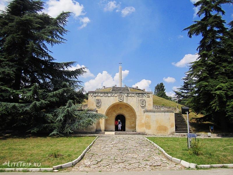 Болгария. Парк-музей Владислава Варненчика в Варне. Склеп.