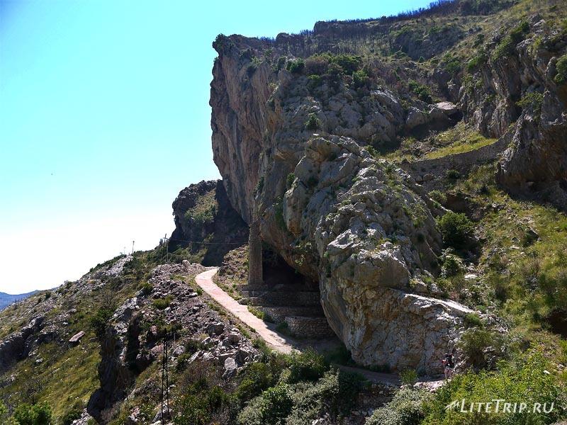 Черногория. Горная тропа до ручья.