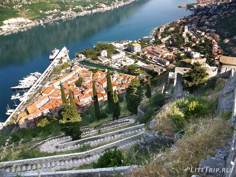 Черногория. Длинная лестница на крепость в Которе.