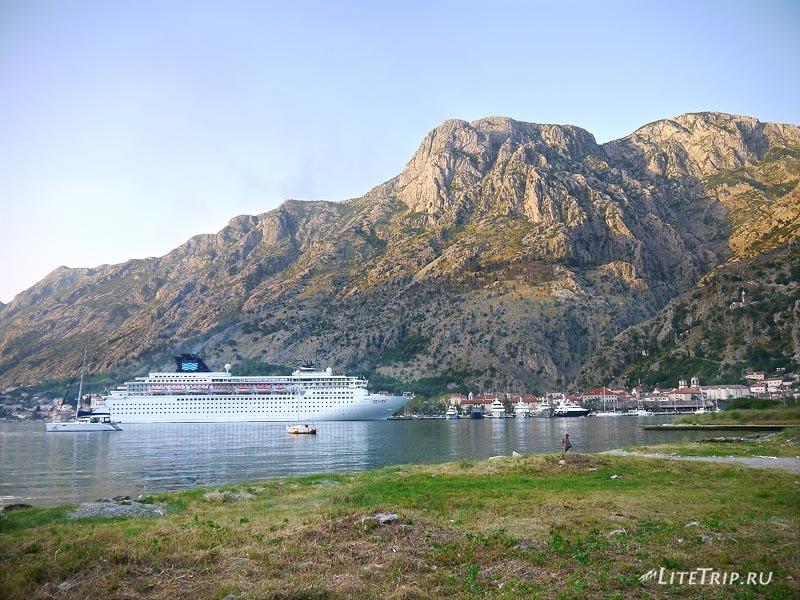 Черногория. Корабль в заливе Бока Которска