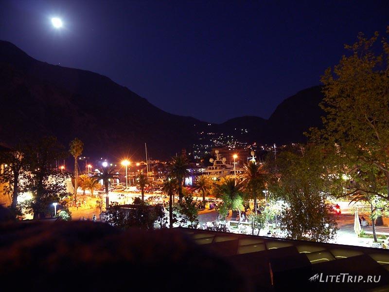 Черногория. Ночной Котор со стен старого города.