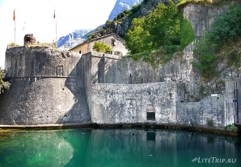 Черногория. Ворота в старую часть города Котор.