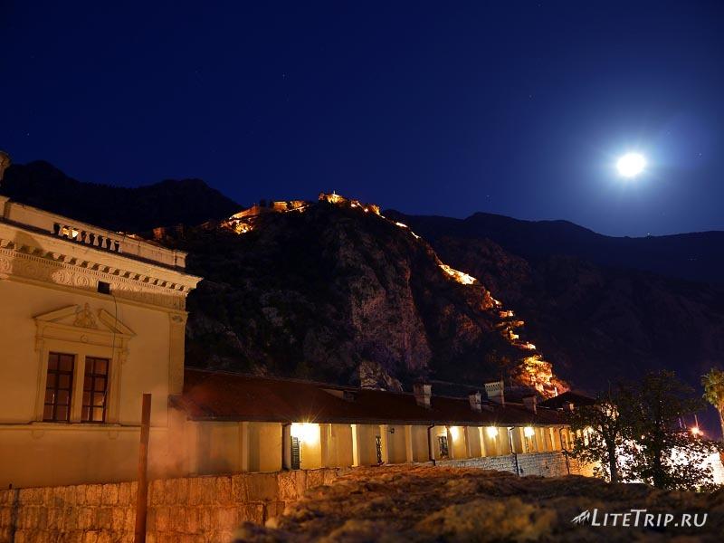 Черногория. Старый Котор ночью - терраса.