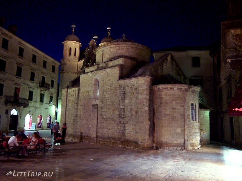 Черногория. Старый Котор ночью - церковь