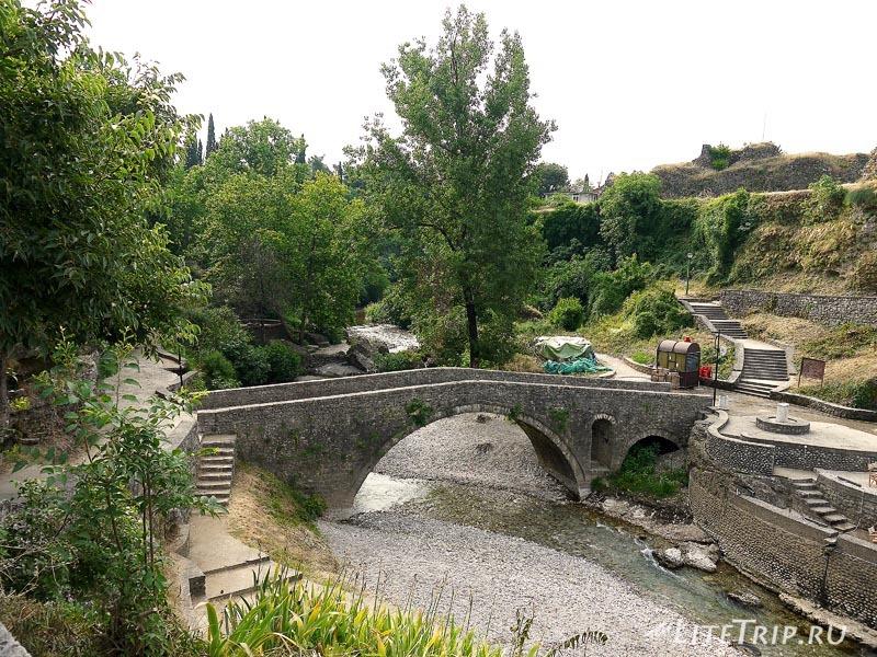 Черногория. Ручей с мостом в Подгорице.