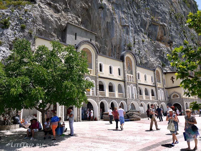 Черногория. Площадь перед Острожским монастырем.