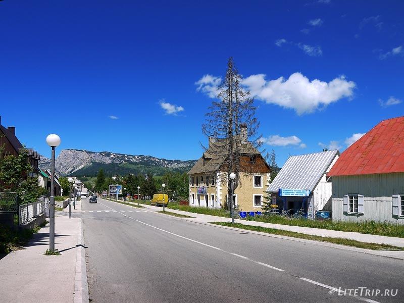 Черногория. Главная улица города Жабляк.
