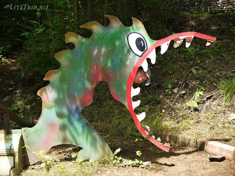 Грузия. Парк Боржоми - Милу съел ржавый дракон.