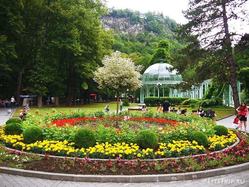 Грузия. Парк Боржоми - зеленая беседка.