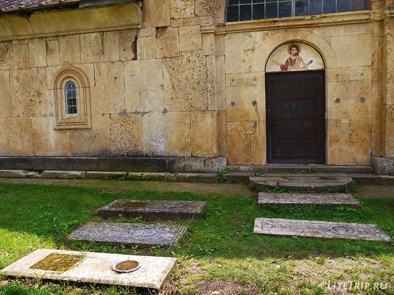 Грузия. Монастырь Гелати - могильные плиты.