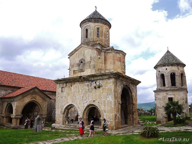 Грузия. Монастырь Гелати - территория.
