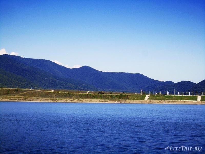 Грузия. Озеро Илия в Кварели - черный джип.