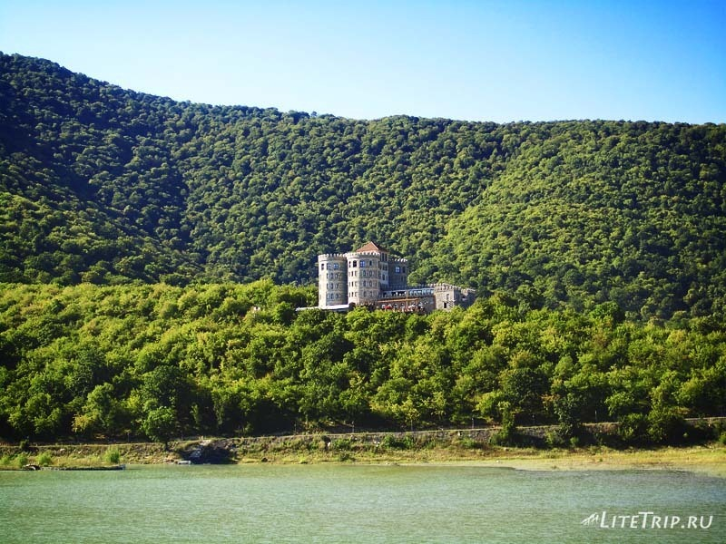Грузия. Озеро Илия в Кварели - отель.