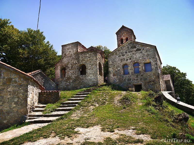 Грузия. Территория монастыря Некреси.