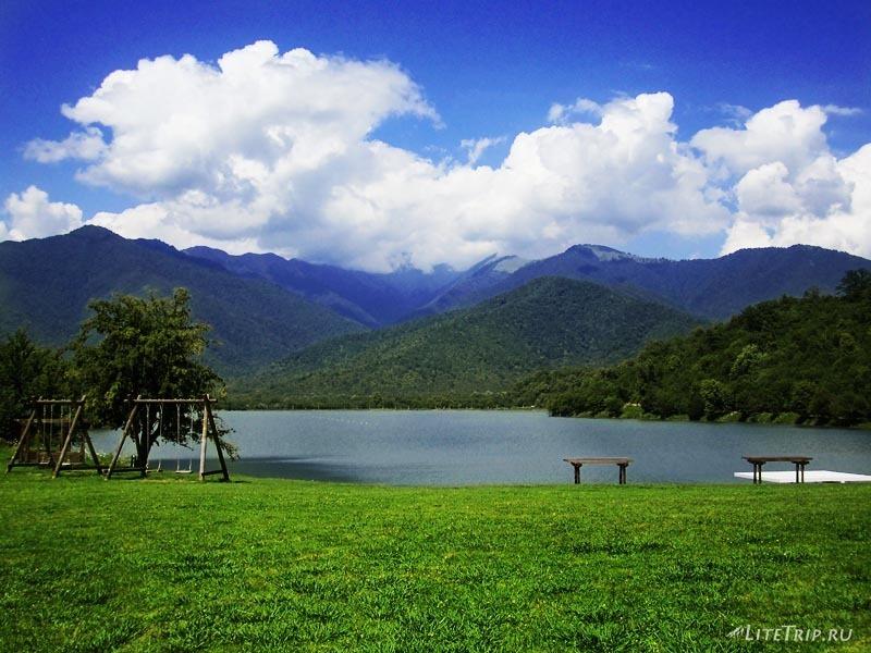 Грузия. Озеро Кварели среди зеленых гор.