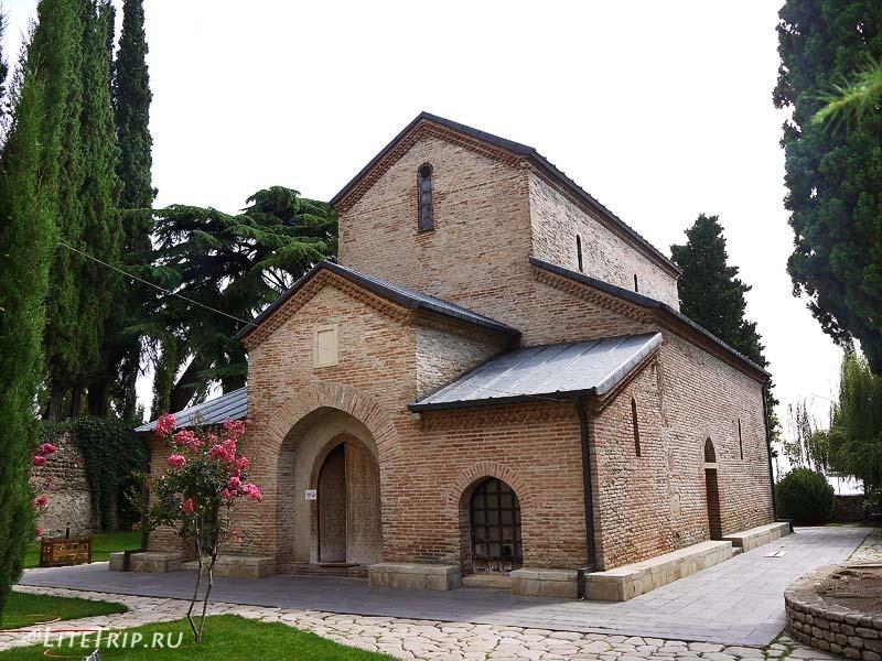 Грузия. Монастырь святой Нино Бодбе - церковь.