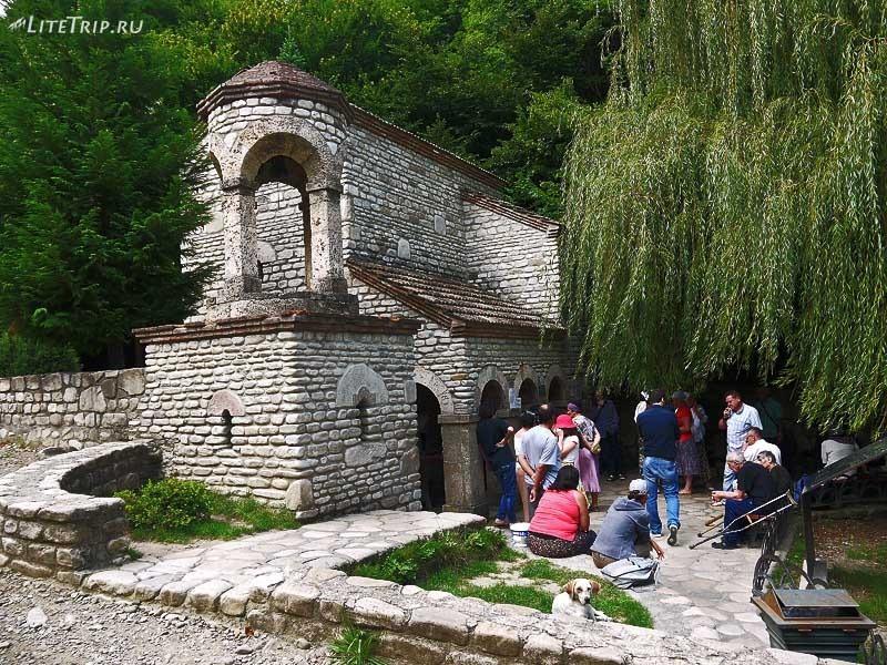 Грузия. Монастырь святой Нино Бодбе - очередь в купель.