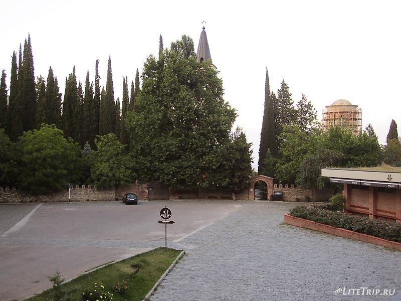Грузия. Территория перед монастырем Бодбе.