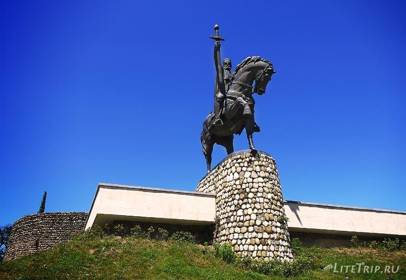 Грузия. Памятник в городе Телави.
