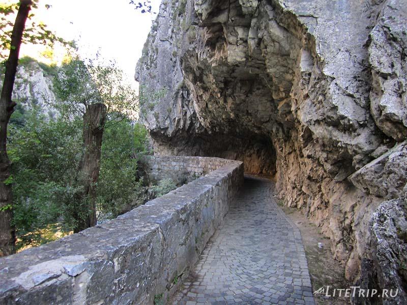 Македония. Каньон Матка - дорога вдоль каньона.
