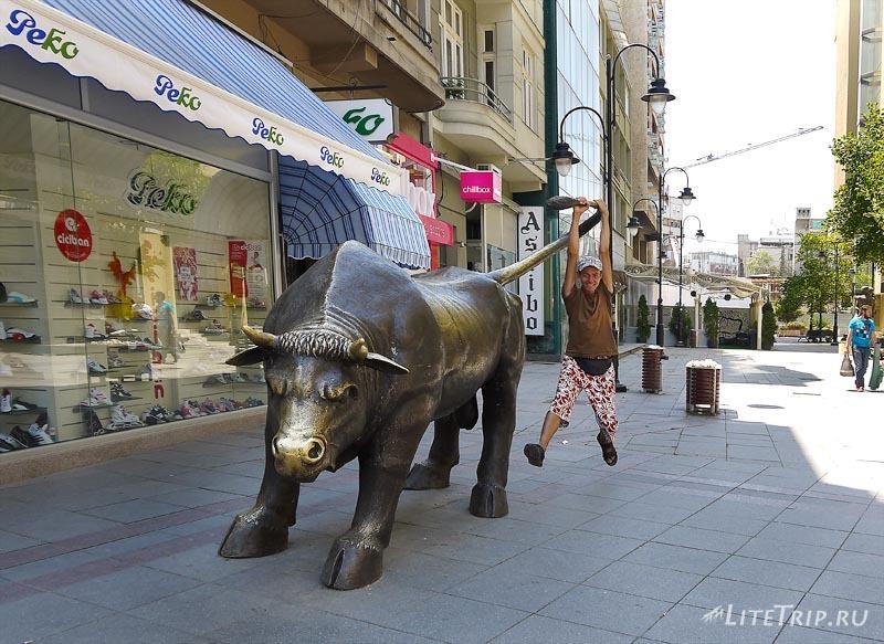 Македония. Скопье - скульптура быка