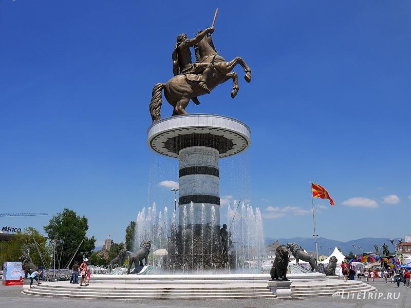 Македония. Памятник-фонтан Александру Македонскому.