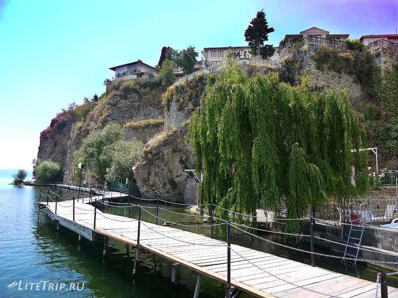 Македония. Деревянная дорожка вдоль озера Охрида.