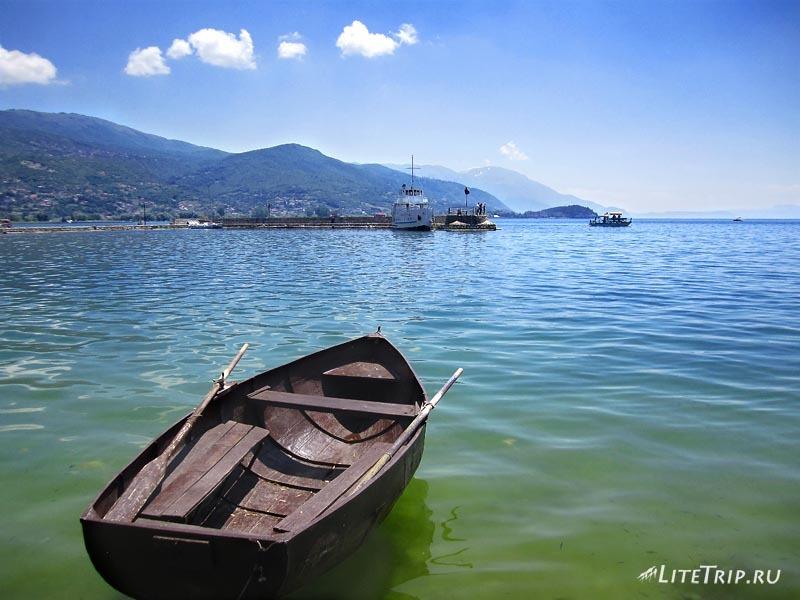 Македония. Охрид - город на озере. Лодка.