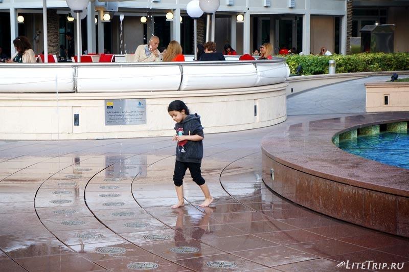 ОАЭ. Дубай Марина - девочка и фонтан.