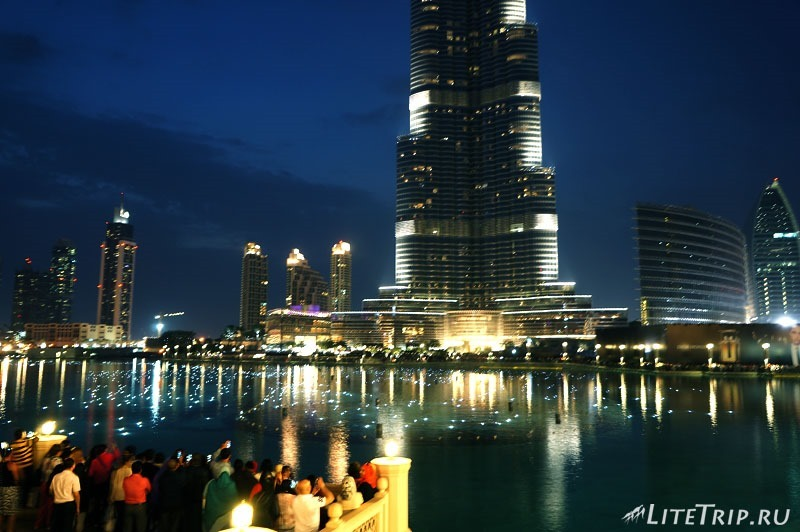 ОАЭ. Дубай. Ночные огни бассейна перед шоу.