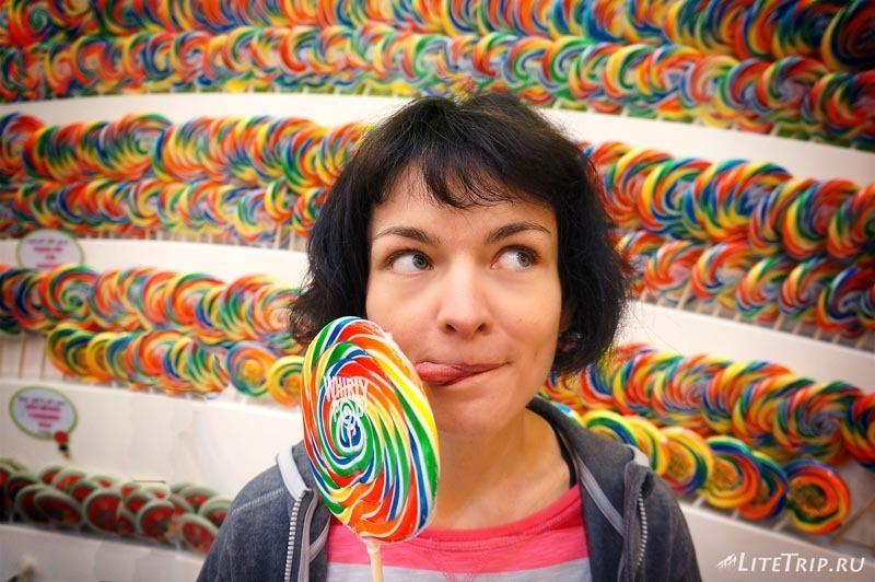 ОАЭ. Дубай Молл - Мила в магазине сладостей.