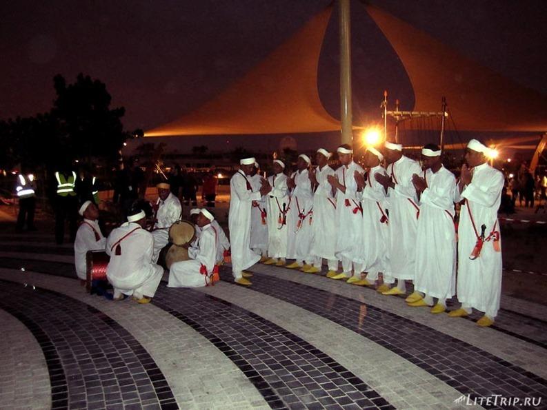 ОАЭ. Дубай - этнические танцы во дворе.