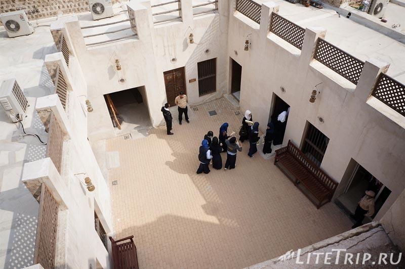 ОАЭ. Шарджа - школьницы в музее.