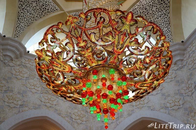 ОАЭ. Абу Даби - большая мечеть шейха Заеда - люстра.