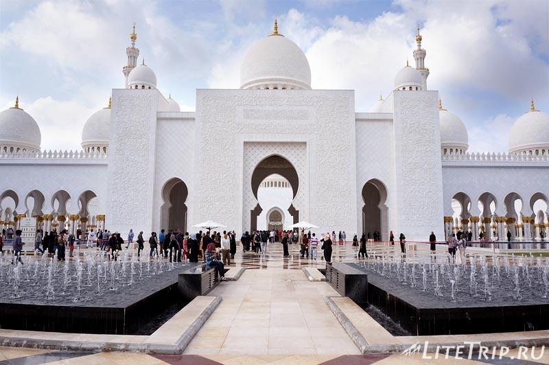 ОАЭ. Абу Даби - большая мечеть шейха Заеда - вход.