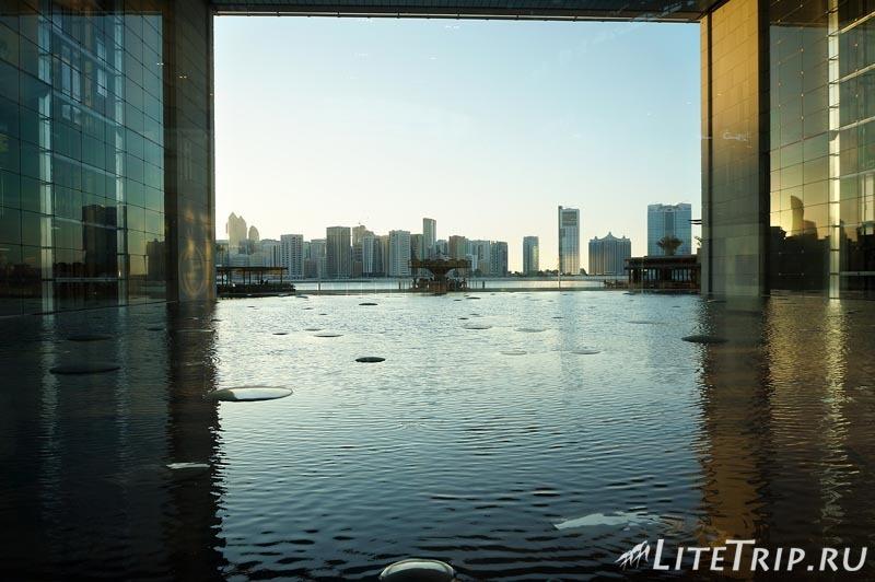 ОАЭ. Абу Даби - искуственный пруд внутри здания.
