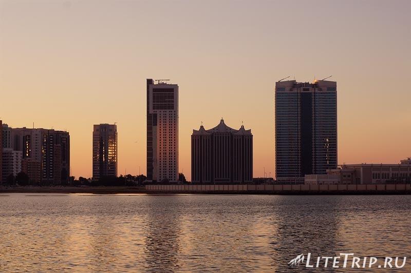 ОАЭ. Абу Даби - закат в городе.