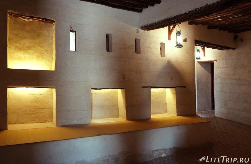 ОАЭ. Музей-форт Рас аль Хайма - пустая комната.