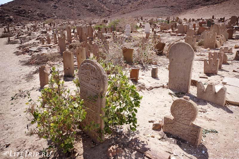 Оман. Мирбат. Мавзолей Бин Али - надгробия.