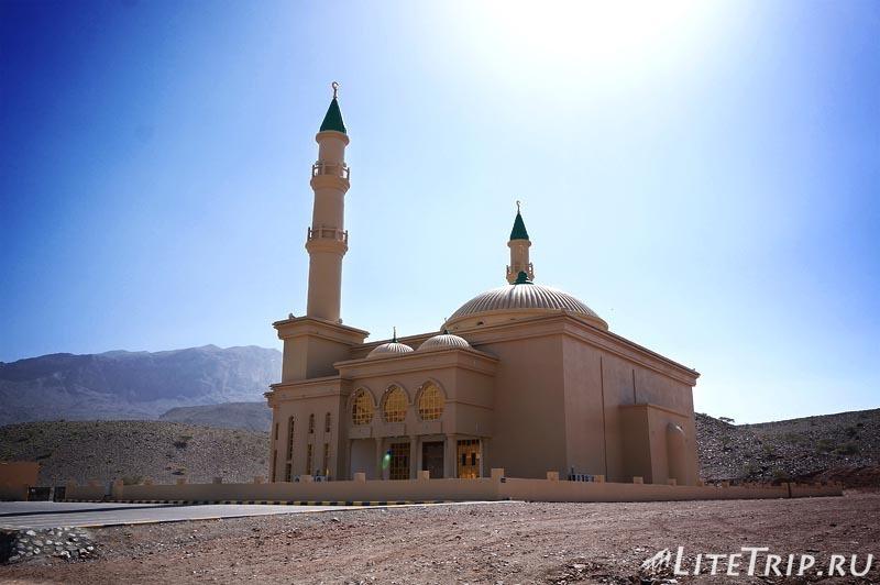 Оман. Аль Аин - мечеть по дороге.