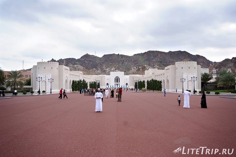 Оман. Старый Маскат - дворец султана Аль Алам, площадь.