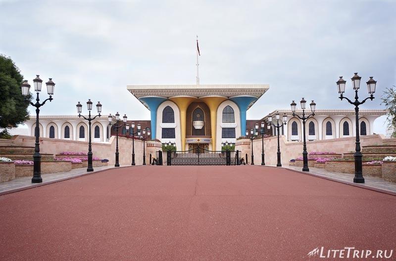 Оман. Старый Маскат - дворец султана Аль Алам, главный вход