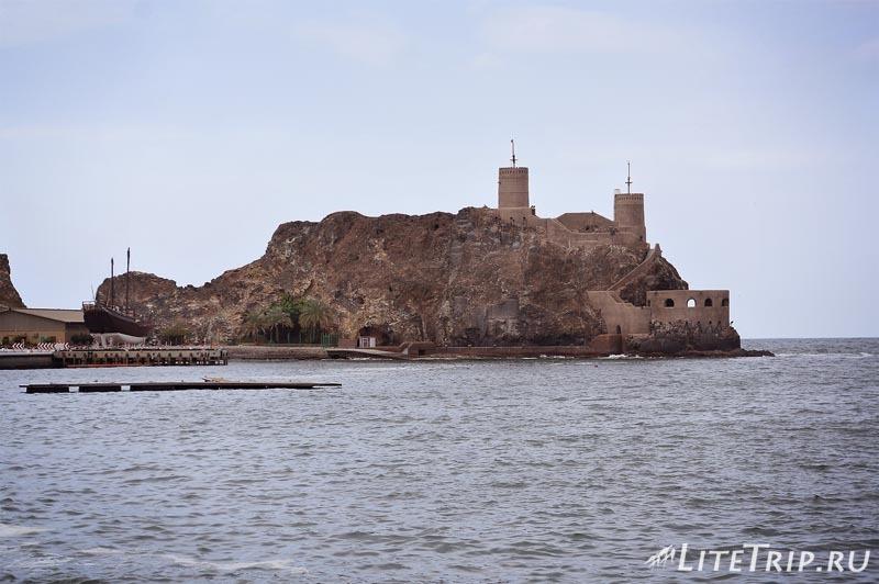 Оман. Старый Маскат - форт Аль Мирани на острове.