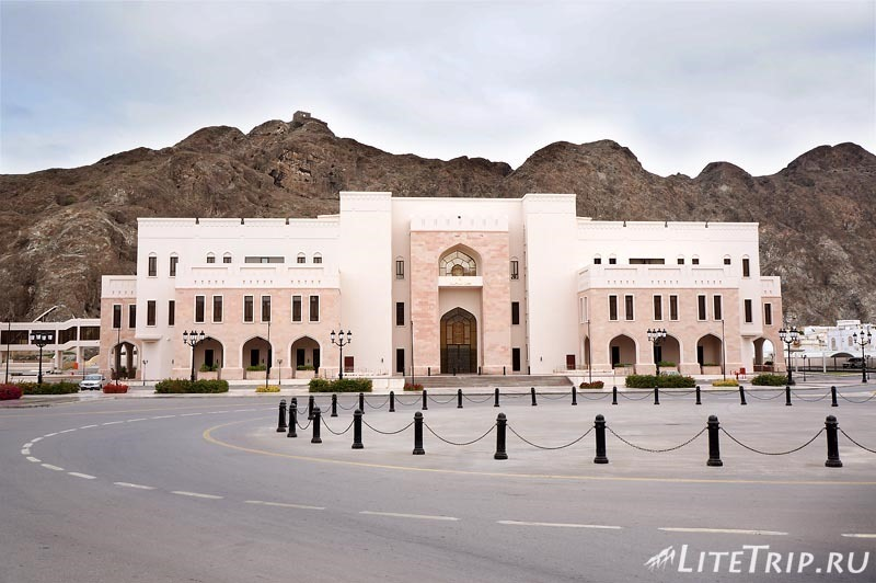 Оман. Старый Маскат - дорожный круг.