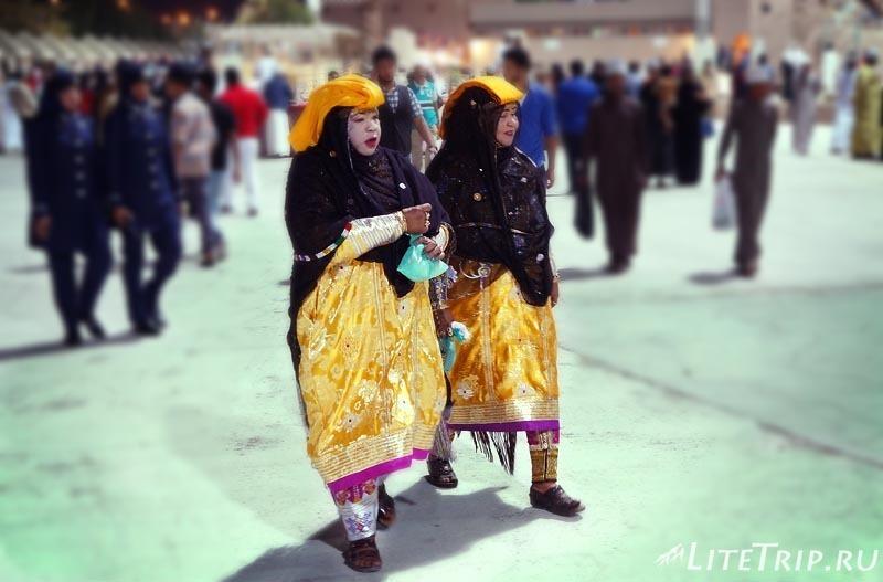 Оман. Фестиваль в Маскате - люди в традиционной одежде.