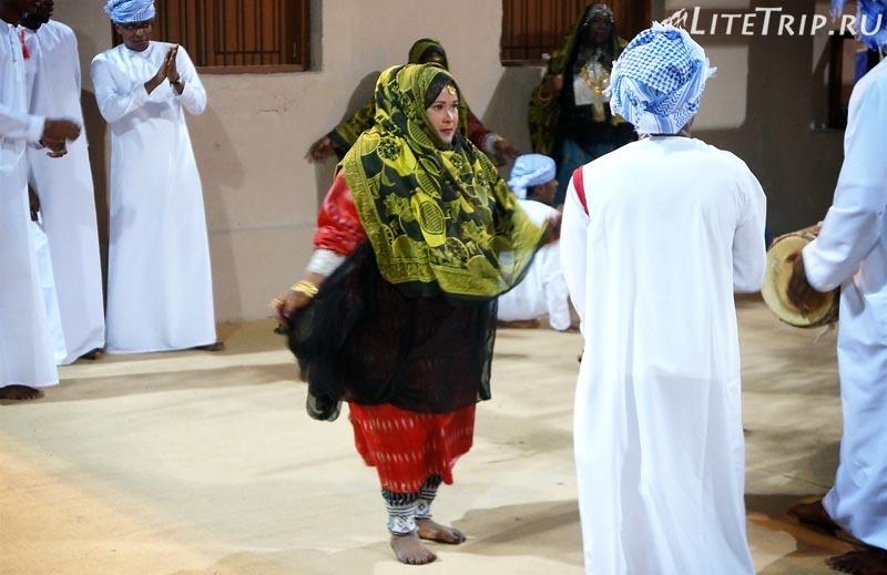 Оман. Фестиваль в Маскате - национальные танцы с женщинами.