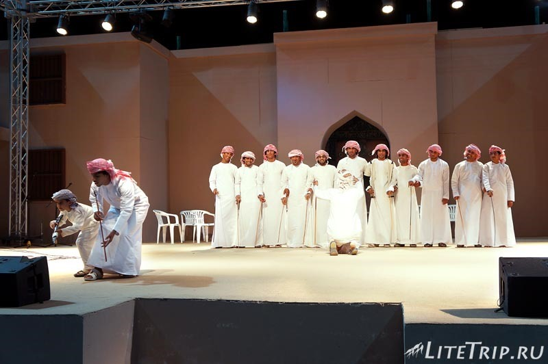 Оман. Фестиваль в Маскате - национальные танцы.
