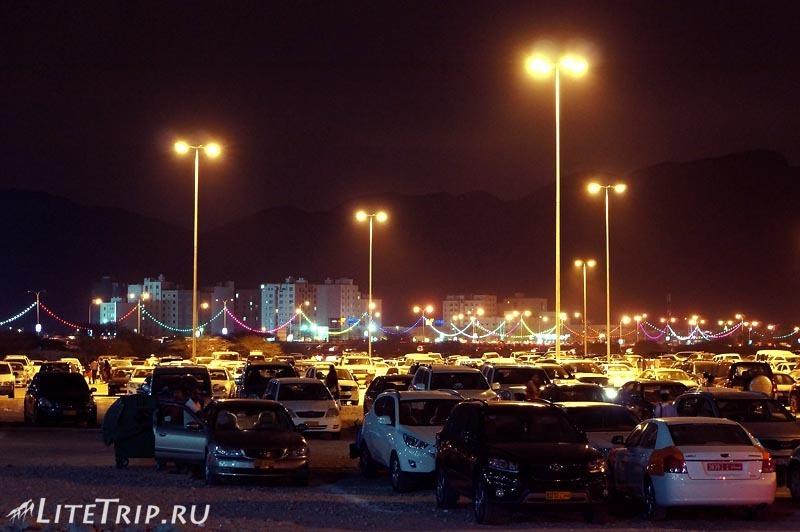 Оман. Фестиваль в Маскате - парковка.