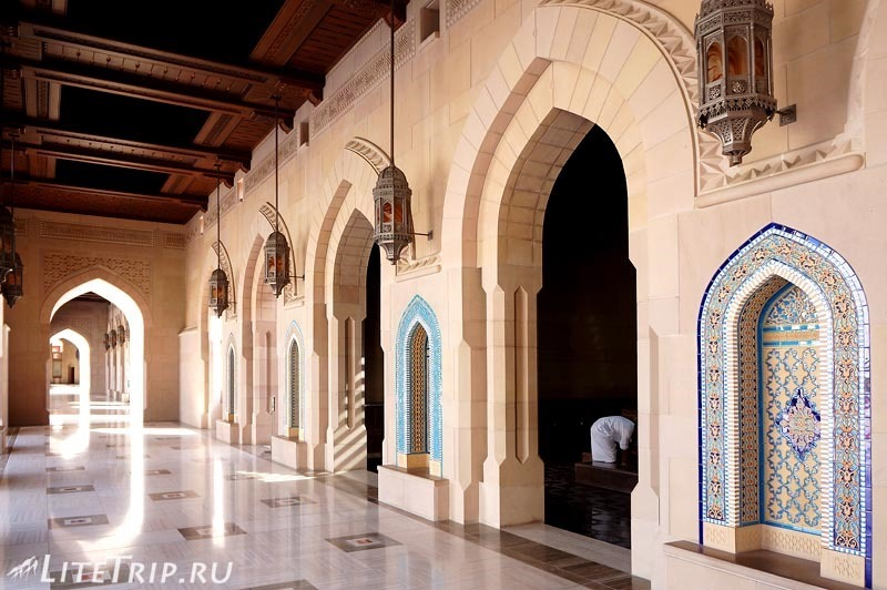 Оман. Главная мечеть султана Кабуса - коридор.