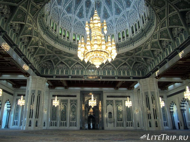 Оман. Главная мечеть султана Кабуса - внутри.
